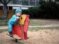 Adámek na dětském hřišti