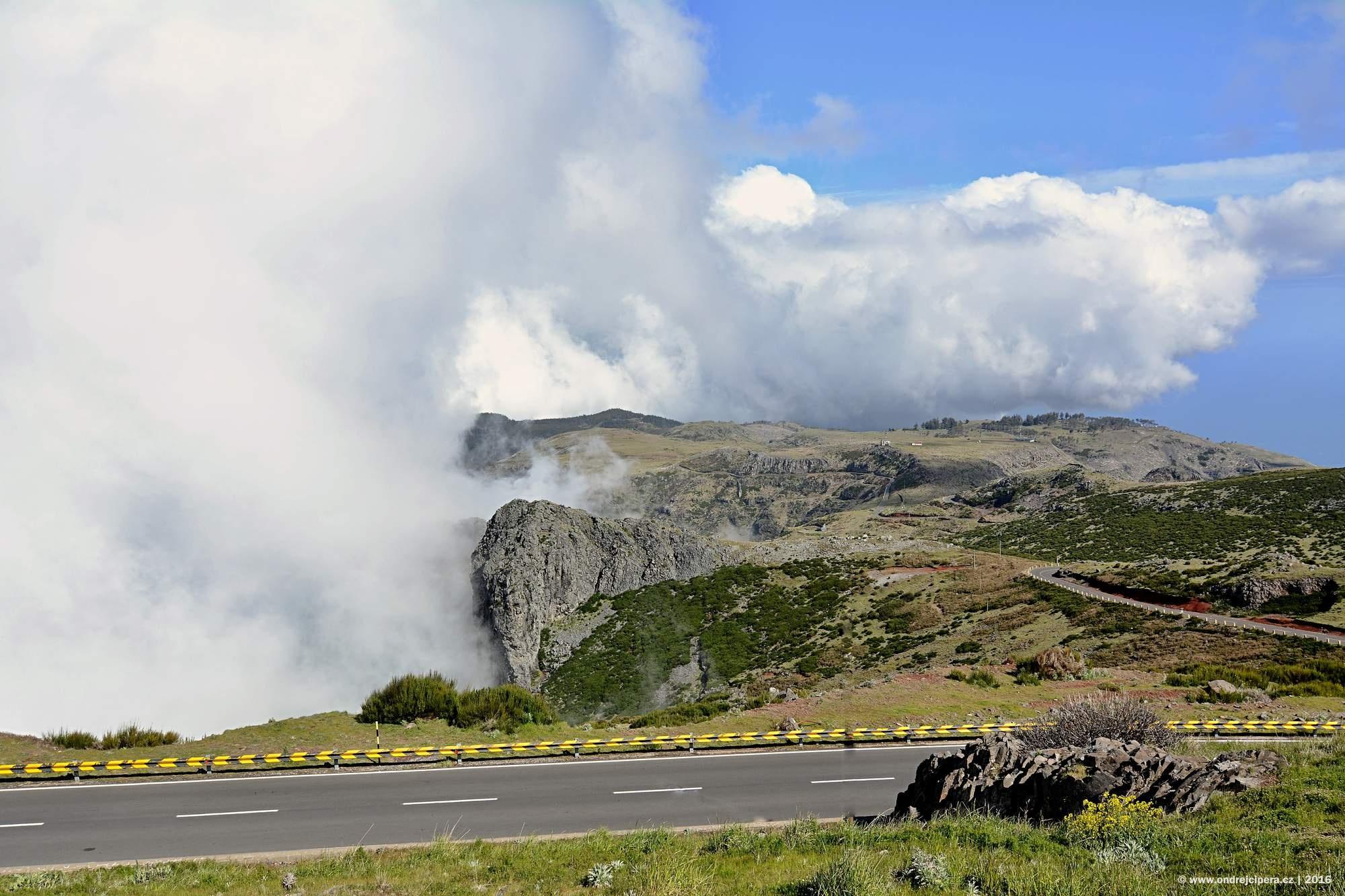 Mrak převalující se přes náhorní plošinu Paul da Serra 1818 m n.m., Madeira.