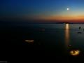 Po západu slunce a východu měsíce nad ostrovem Hvar, Chorvatsko.