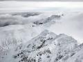 Mraky převalující se přes vrcholky Nízkých Tater, Slovensko.