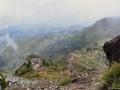 Pohled z nejvyššího vrcholu Madeiry Pico Ruivo 1862 m n.m. na horskou chatu Casa do Abrigo.