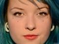 modrovláska Dominika s medovýma očima